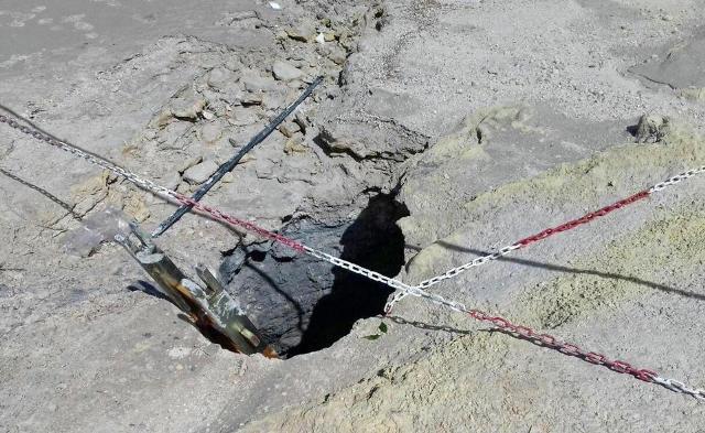 Belezuhant egy tűzforró kráterbe a négytagú család három tagja