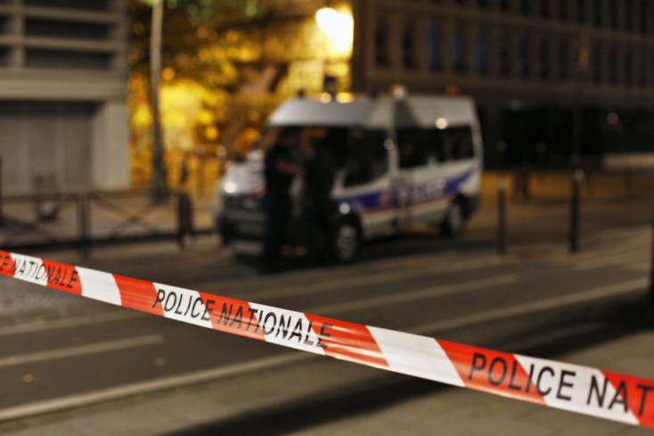 Többen megsebesültek egy késes támadásban Párizsban