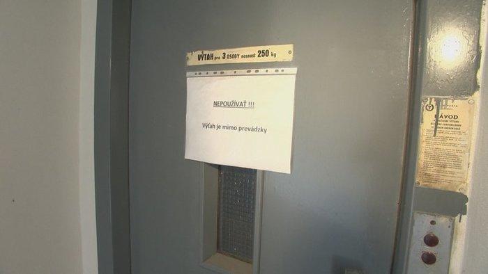 DURVA: Menet közben szorult be egy férfi lába a liftben