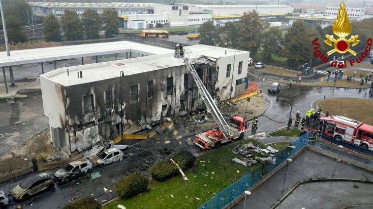 SZÖRNYŰ: Irodaépületre zuhant egy kisrepülőgép Milánó mellett, többen meghaltak