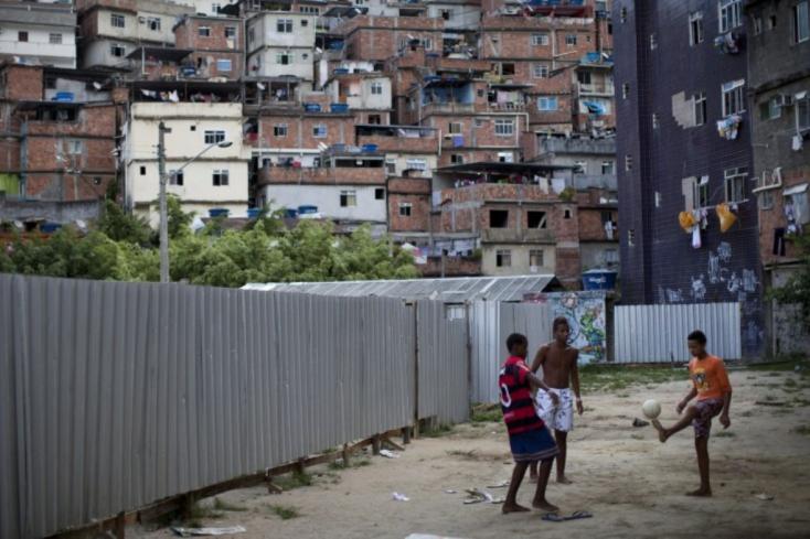 Betévedt egy nyomornegyedbe a turistacsalád, az anyát meglőtték