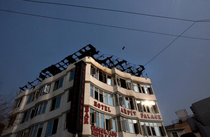 Sok halott egy újdelhi szállodatűzben - egy nő és egy gyermek az ablakon ugrottak ki!
