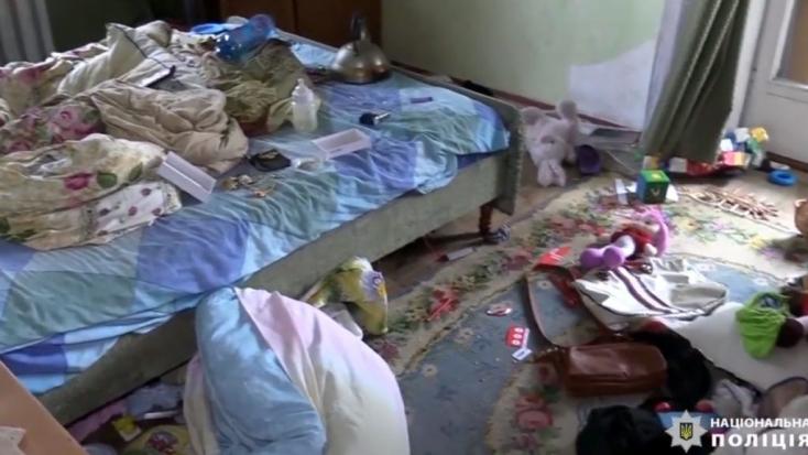 Csodával határos módon kilenc napot túlélt halott szülei mellett a lakásukba zárt kislány