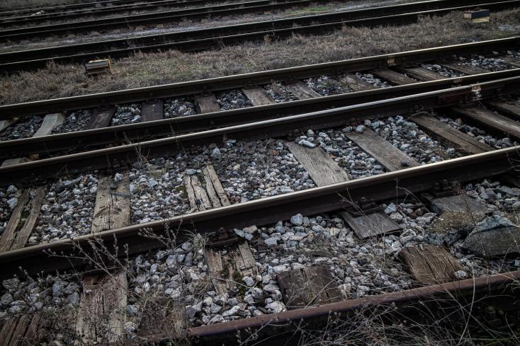 TRAGÉDIA: Áthajtott rajta a vonat, szörnyethalt a síneken fekvő férfi